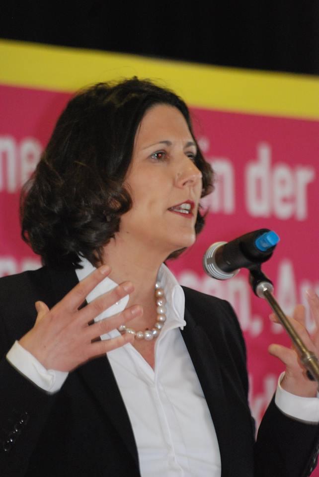 Daniela Schmitt (Staatssekretärin) hält eine Rede