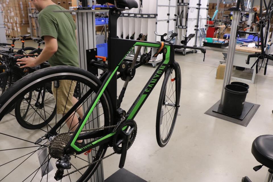 Angefangen hat Canyon als kleiner Fahrradverkauf und produziert heute ausschließlich eigene Räder, die in über 100 Länder verkauft