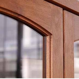 戸枠に二段彫り加工を施すなど、細かい部分にもこだわっています。