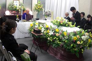 家族葬のサラウンド花祭壇、全員が柩を囲んで故人を偲びます。