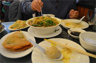 家族葬で最後の晩餐にふさわしい、故人の好きな料理を取り寄せるご遺族。