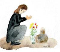 家族葬で祈る男性