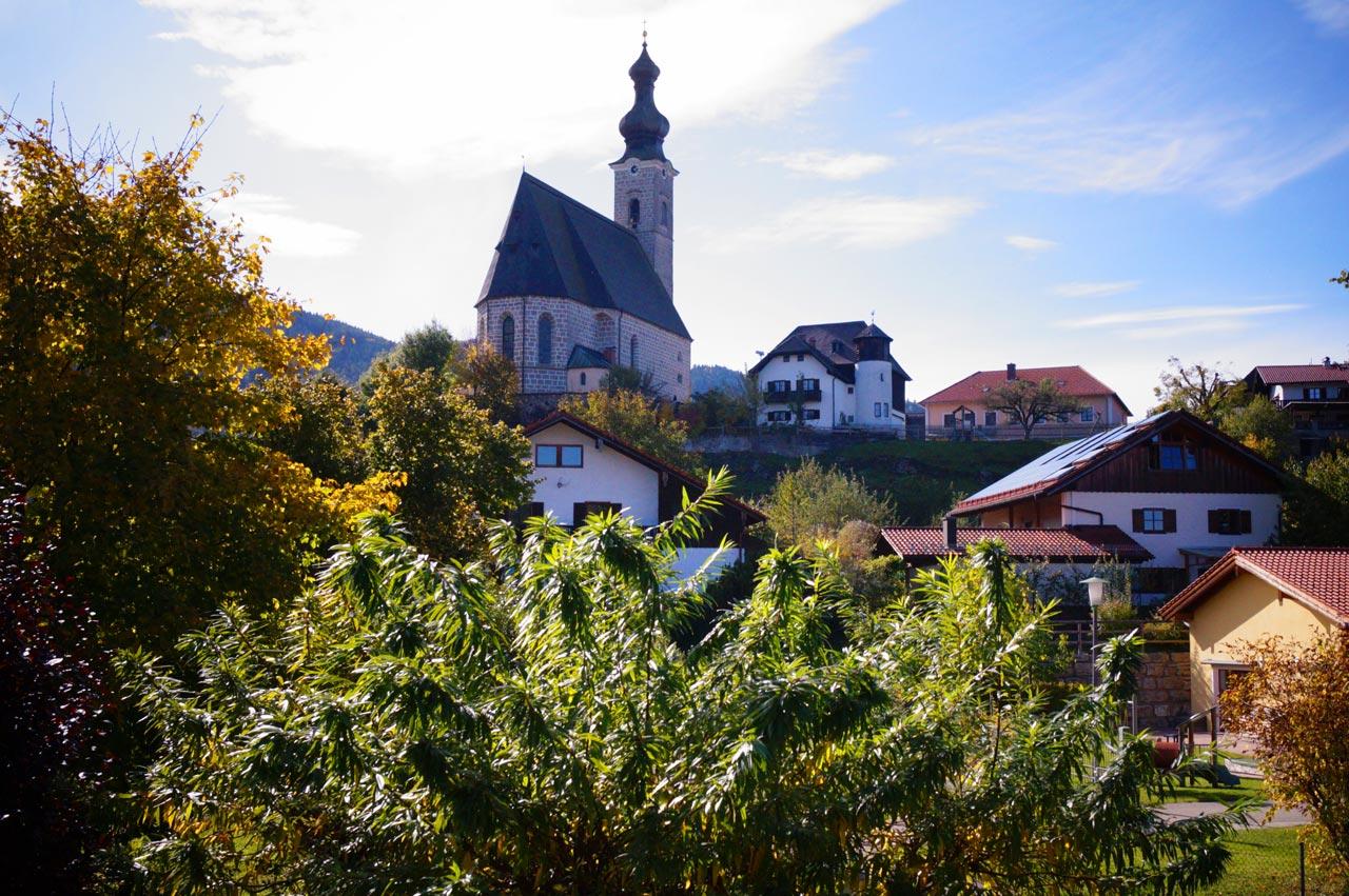 Blick vom Balkon auf die Kirche von Anger