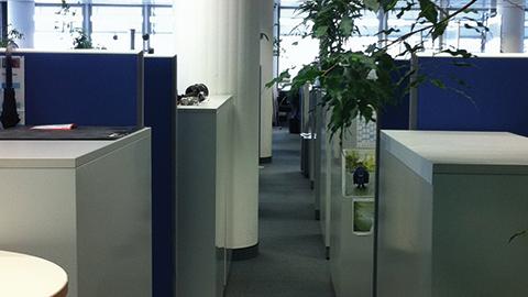 Eingepfercht auf engstem Raum: So sieht die aktuelle Arbeitsplatzsituation in der Entwicklung im Gebäude 120 aus.