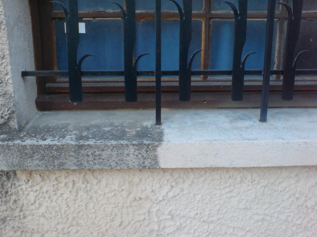 Nettoyage de mousse et noir de pollution sur appui de fenêtre.