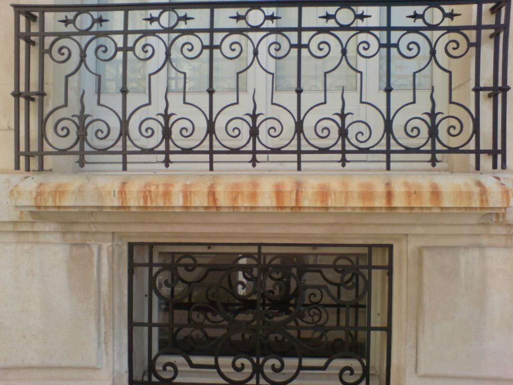 Nettoyage coulée de rouille sur appui de fenêtre en pierre - avant