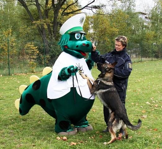 Keine Angst vor großen Tieren: God und Daniela sind gut Freund mit Poldi (Bild: D. Behrens)