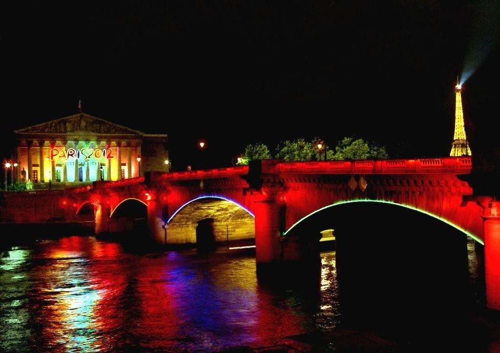 Pont de l'assemblée nationale la nuit