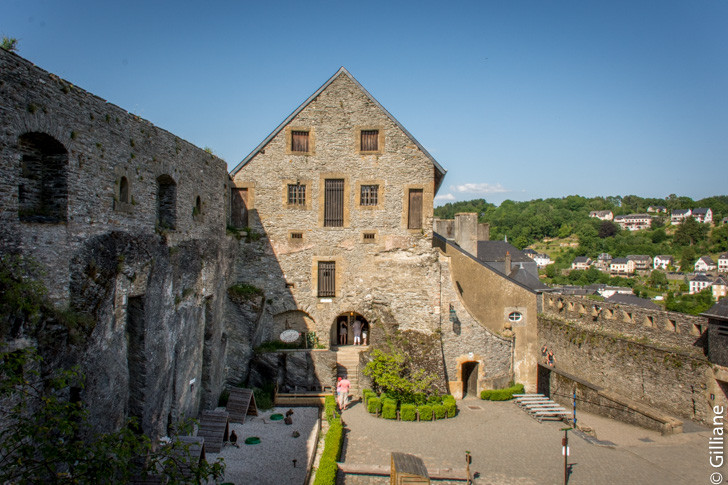 Le château de Bouillon, la cour intèrieure