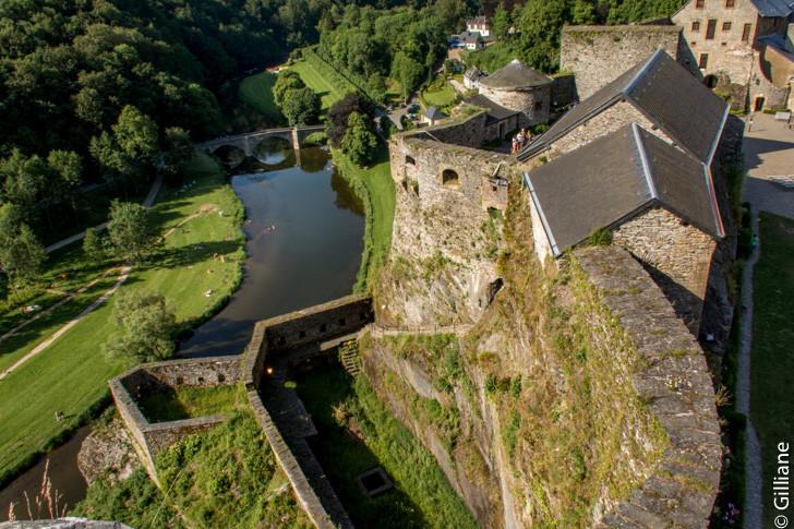 """Le château surplombe la""""semois"""
