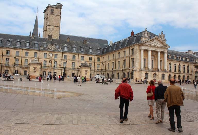 Pascale : Dijon, l'APAL sur la place de la libération