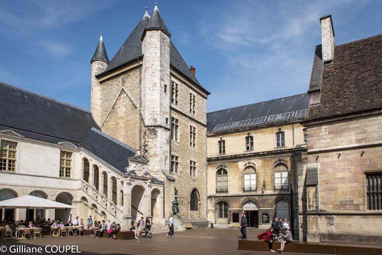 Gilliane : Dijon, palais des ducs de Bourgogne, cours intérieure