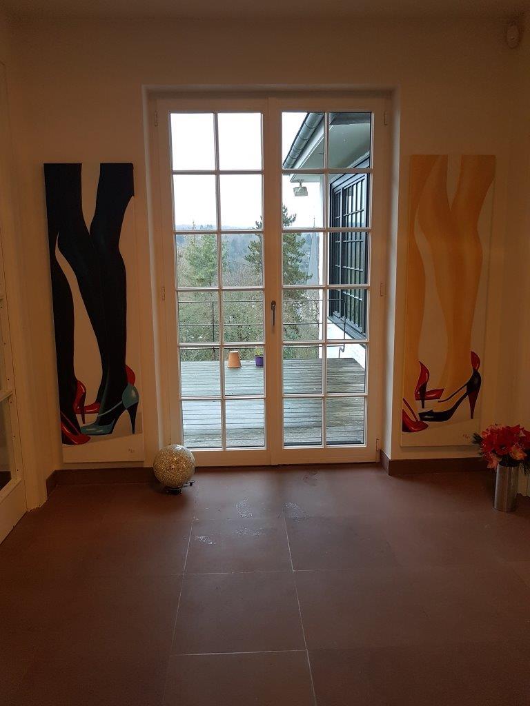 Malerei-im-Privatraum-Beine-lang-Kosmetikindustrie-Werbebereich