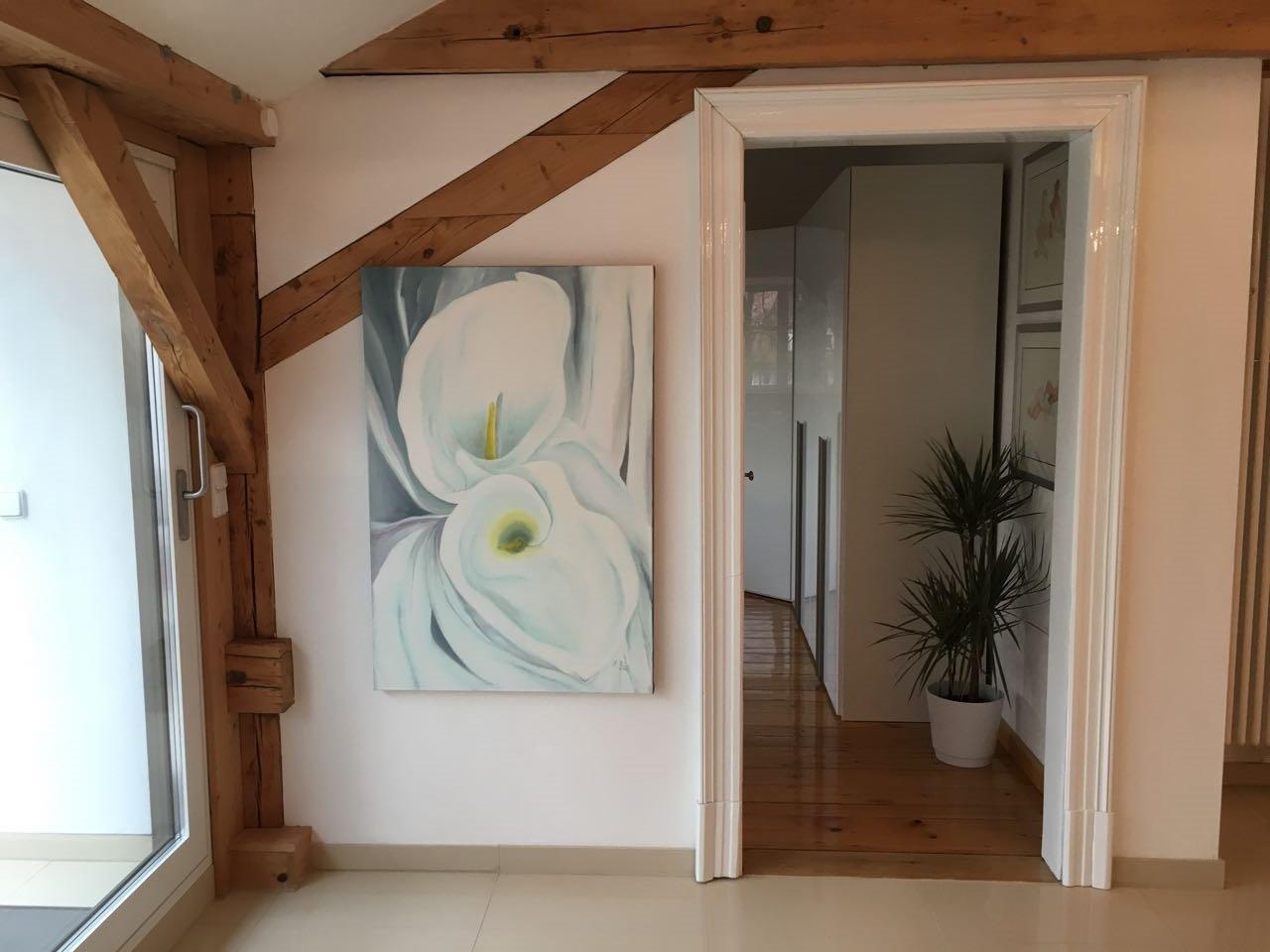 Weiße-Calla-Kunst-im-Privatraum-Eingangsbereich-Rheingau