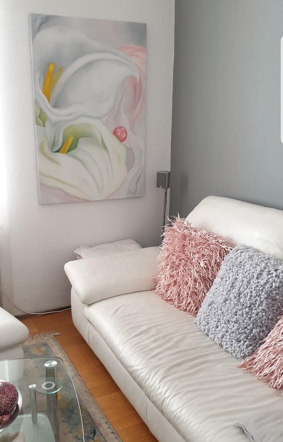 Weiße-Calla-auf rosa-grauem-Untergrund-Atelier-Marion-Haas-Rheingau-Eltville-Hessen-