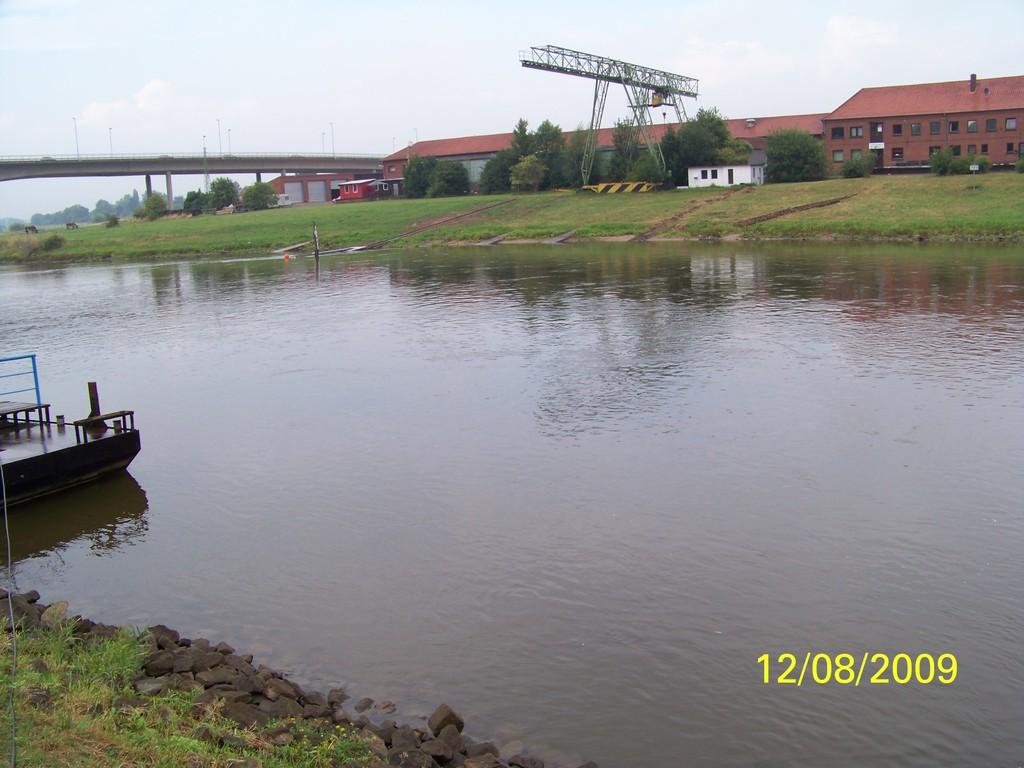 es Regnet nicht mehr, die Weser ist ruhig