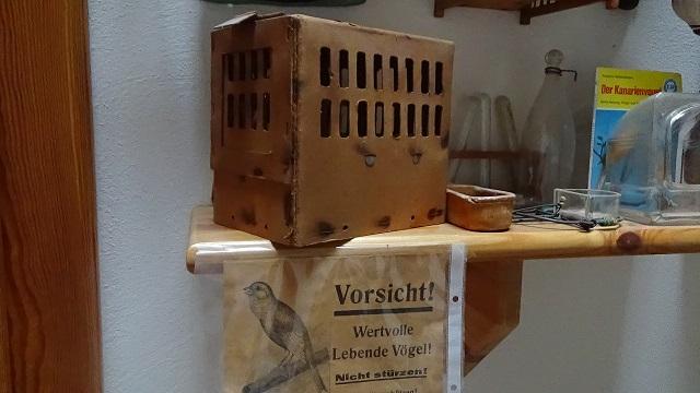 In solchen Kartonkäfigen wurden die Vögel nach Übersee verschifft.