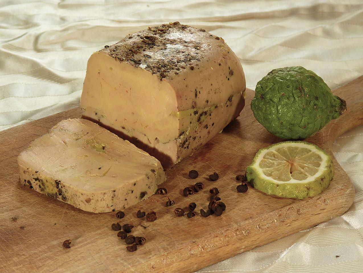 Foie gras entero de pato con pimiento y kombawa