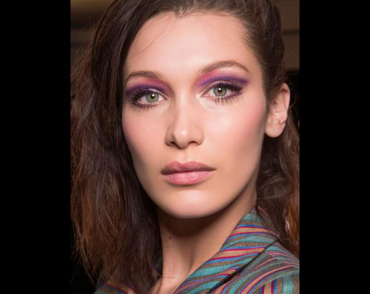 Le regard intense violet pour passer une bonne soirée