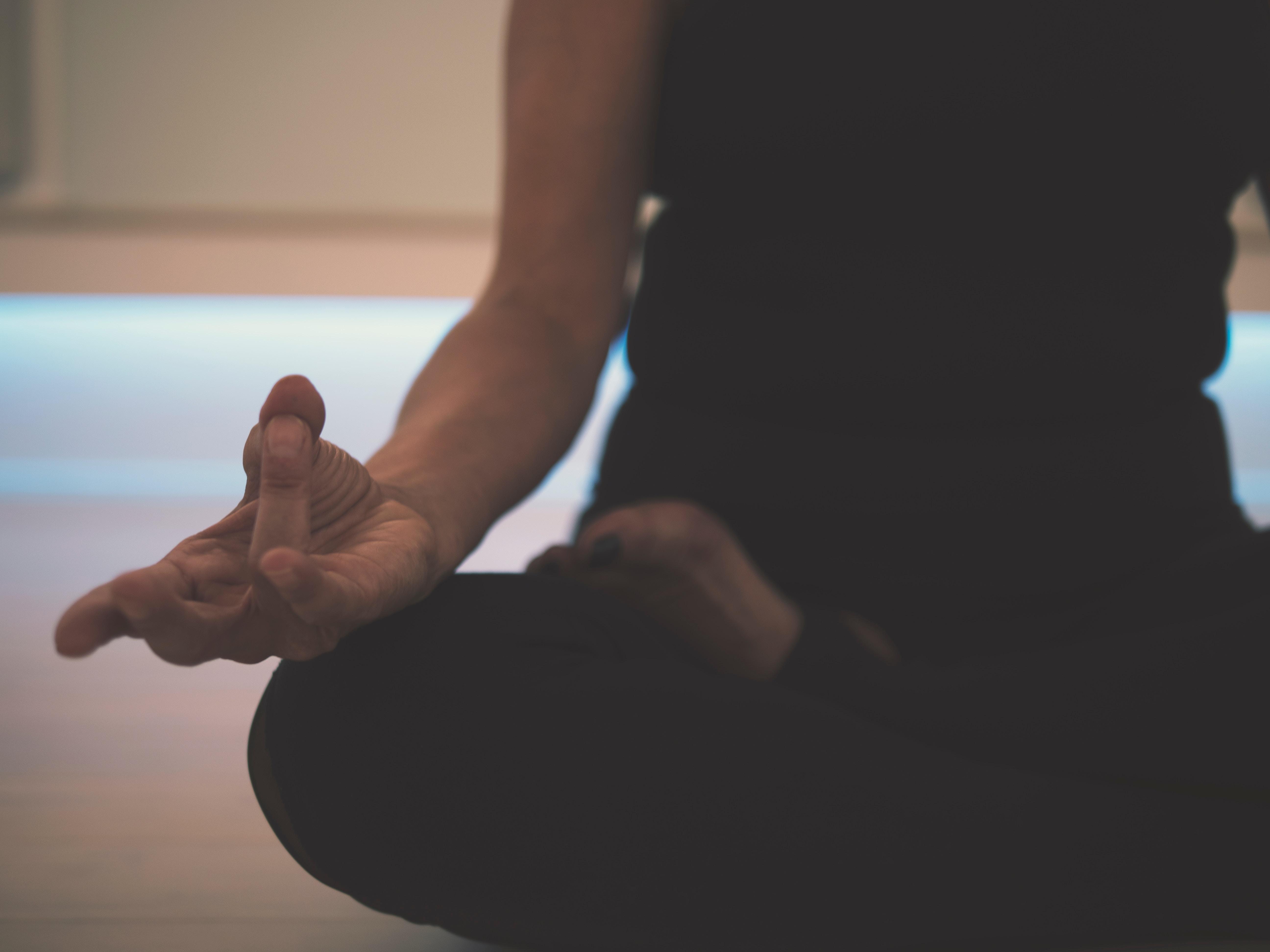 debuter meditation, pratiquer meditation débutant, commencer meditation, initiation méditation
