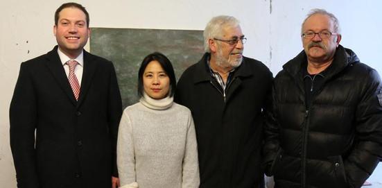 Die 15. Gaildorfer Stadtmalerin mit (von links) Bürgermeister Frank Zimmermann, Rolf Deininger und Stadtrat Martin Zecha im Stadtmaler-Atelier im Alten Schloss. Hier wird Jeong Eun Lee für ein Jahr arbeiten.