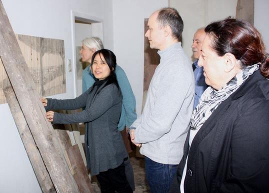 Stadtmalerin Jeong-Eun Lee (Zweite von links) führt ihre Gäste und Freunde durchs Atelier.  Foto:BRIGITTE HOFFMANN
