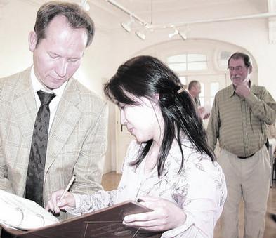 베어팅엔의 시장님 major Wertingen,   Willy Lehmeier의  연설과 함께 전시 오픈  골 든 북에 기록하고 있는 작가