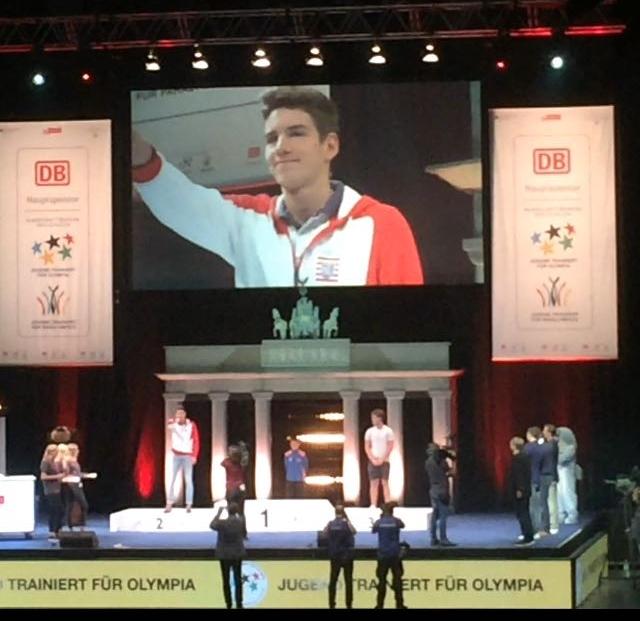 Siegerehrung! Jannis nimmt die Silbermedaille entgegen