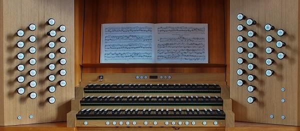 Der neue Spieltisch der Kleuker-Orgel