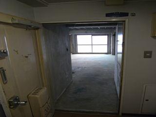 玄関から見た室内(before)