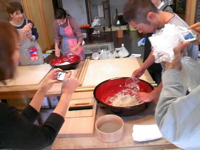 中川「遊山房」  自然農で採られた新そば粉を使っての蕎麦打ち教室