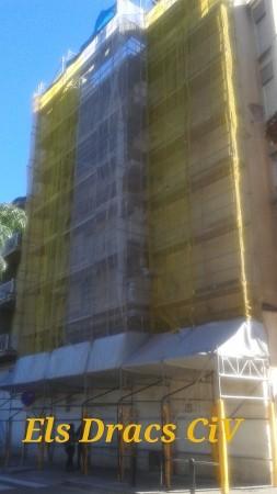 Millorant un edifici de la Plaça Catalunya de Salt