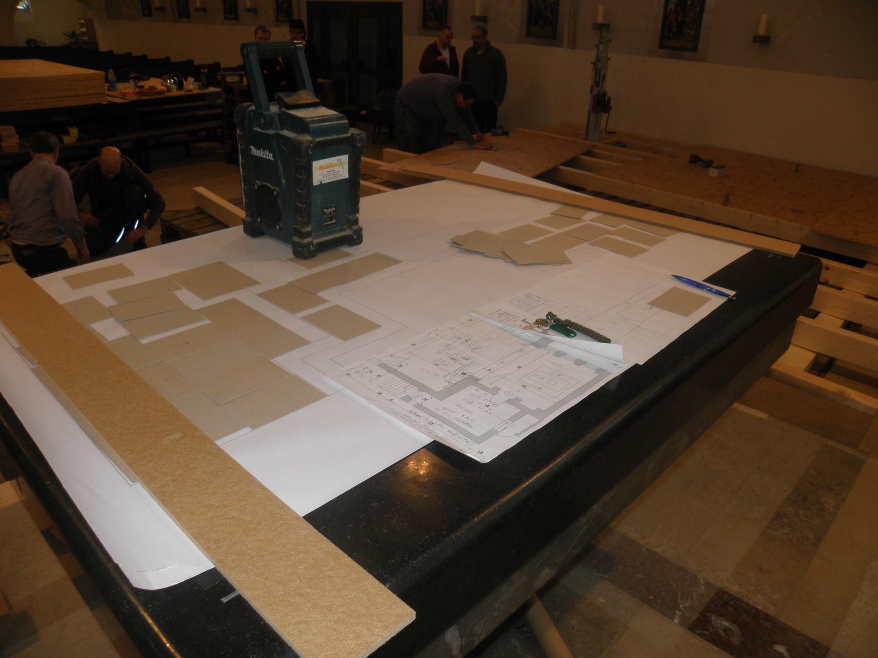 Zeichnungen auf dem Altartisch