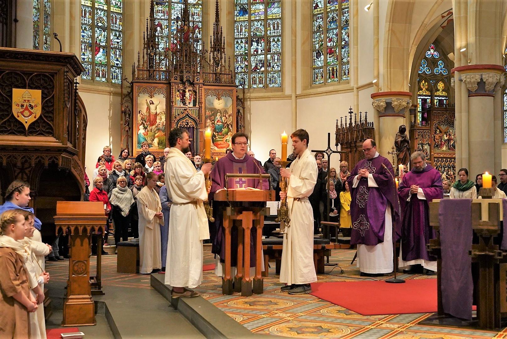 Das Evangelium liest Pastor Kosmann