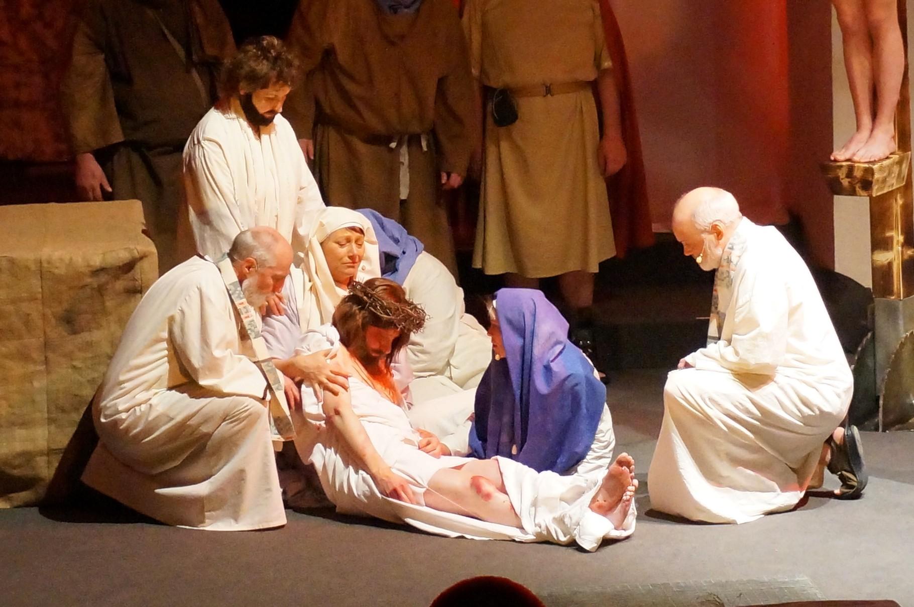 Jesus wird in den Schoß seiner Mutter gelegt