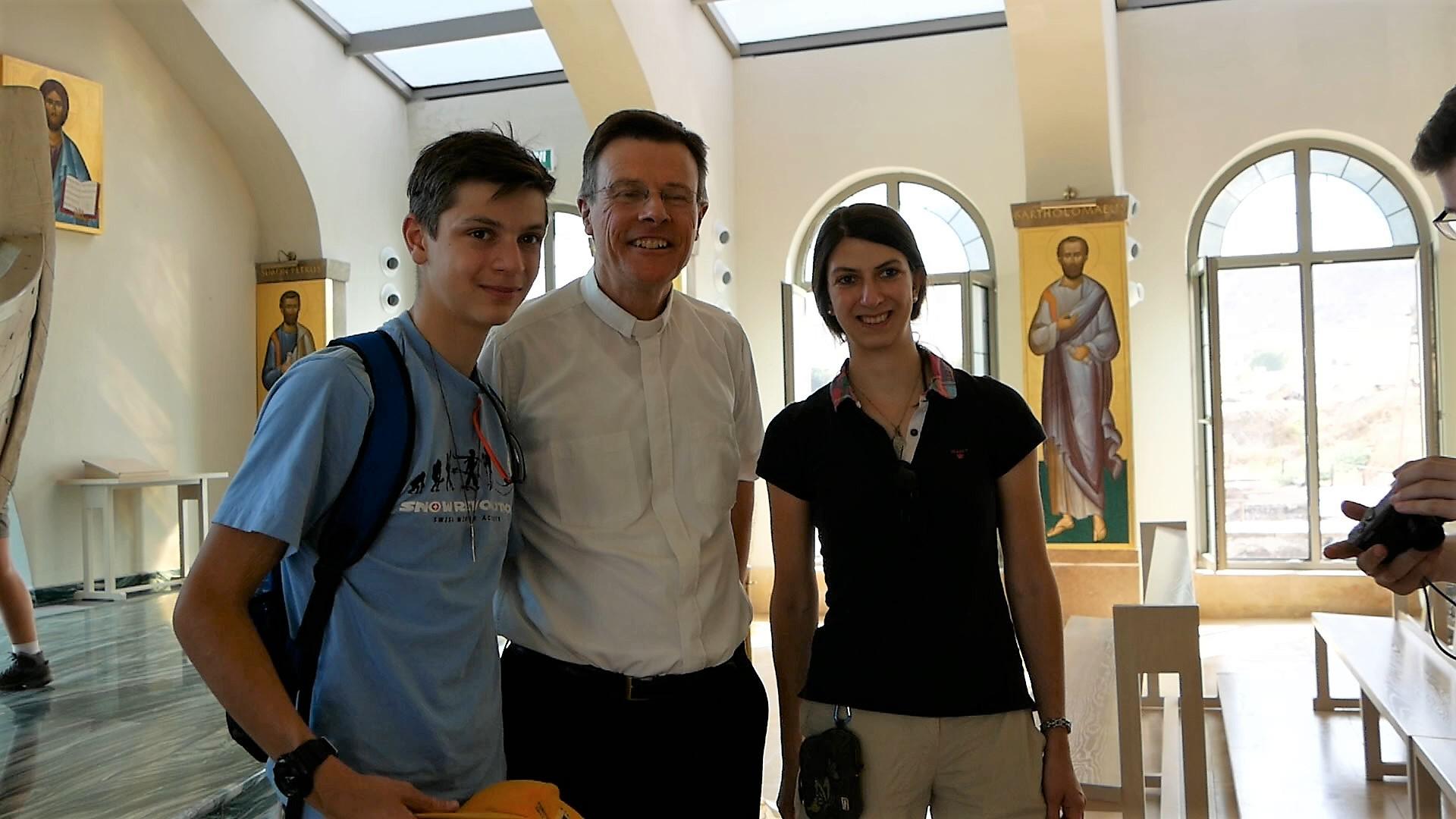 Die Tante von Felix (links) und Dominika von Plettenberg hat im Team der Gestaltung der Kirche mitgearbeitet - in der Mitte Pater Kelly