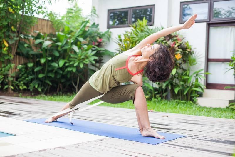 Parshvakonasna. Der Gurt zieht eine Beinleiste nach innen und verbessert das Alignement. Folgen sind u.a. mehr Raum in Becken und Aufrichtung der Wirbelsäule