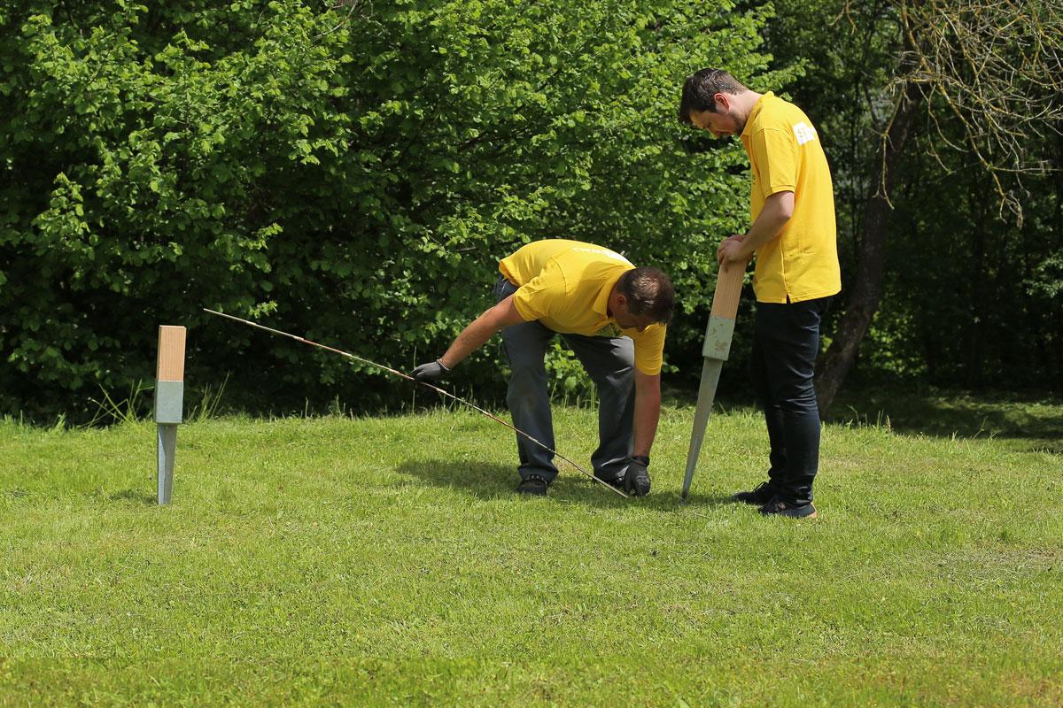 1. Erster Pfostenanker in den Boden einsetzen
