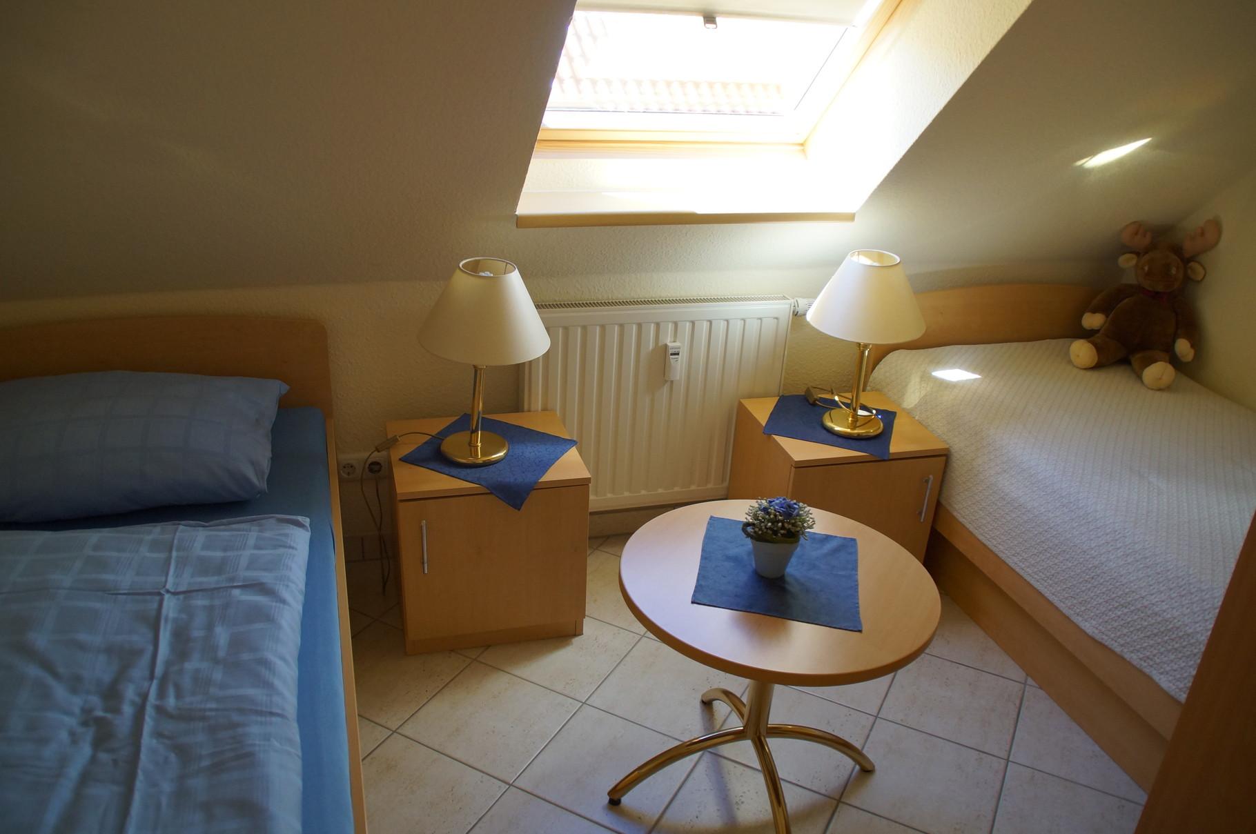 Schlafzimmer mit zwei Einzelbetten (Kinderzimmer)