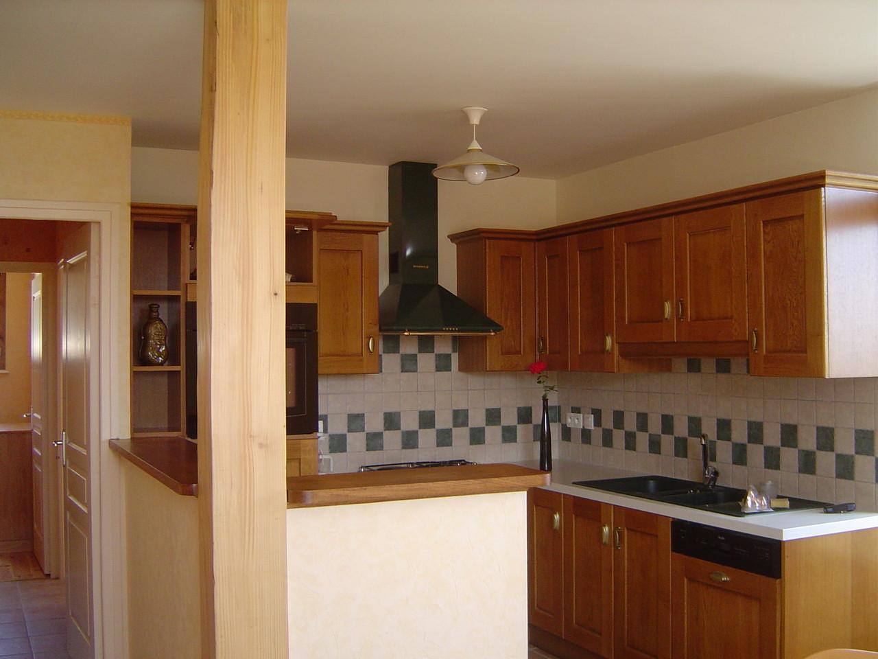 La cuisine intégrée, tout confort, avec machine à laver la vaisselle