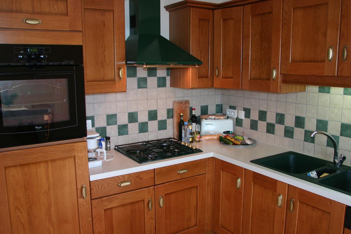 Dans la cuisine, machine à café et grille-pain