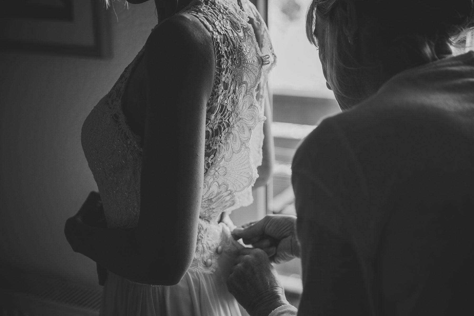 Brautkleid anziehen mit Brautmutter Berlin
