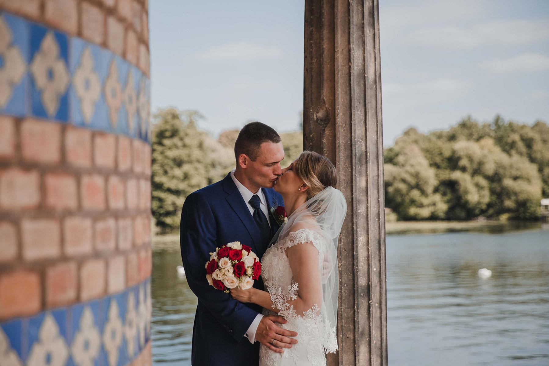 Braut mit Schleier bei Hochzeit am Wasser