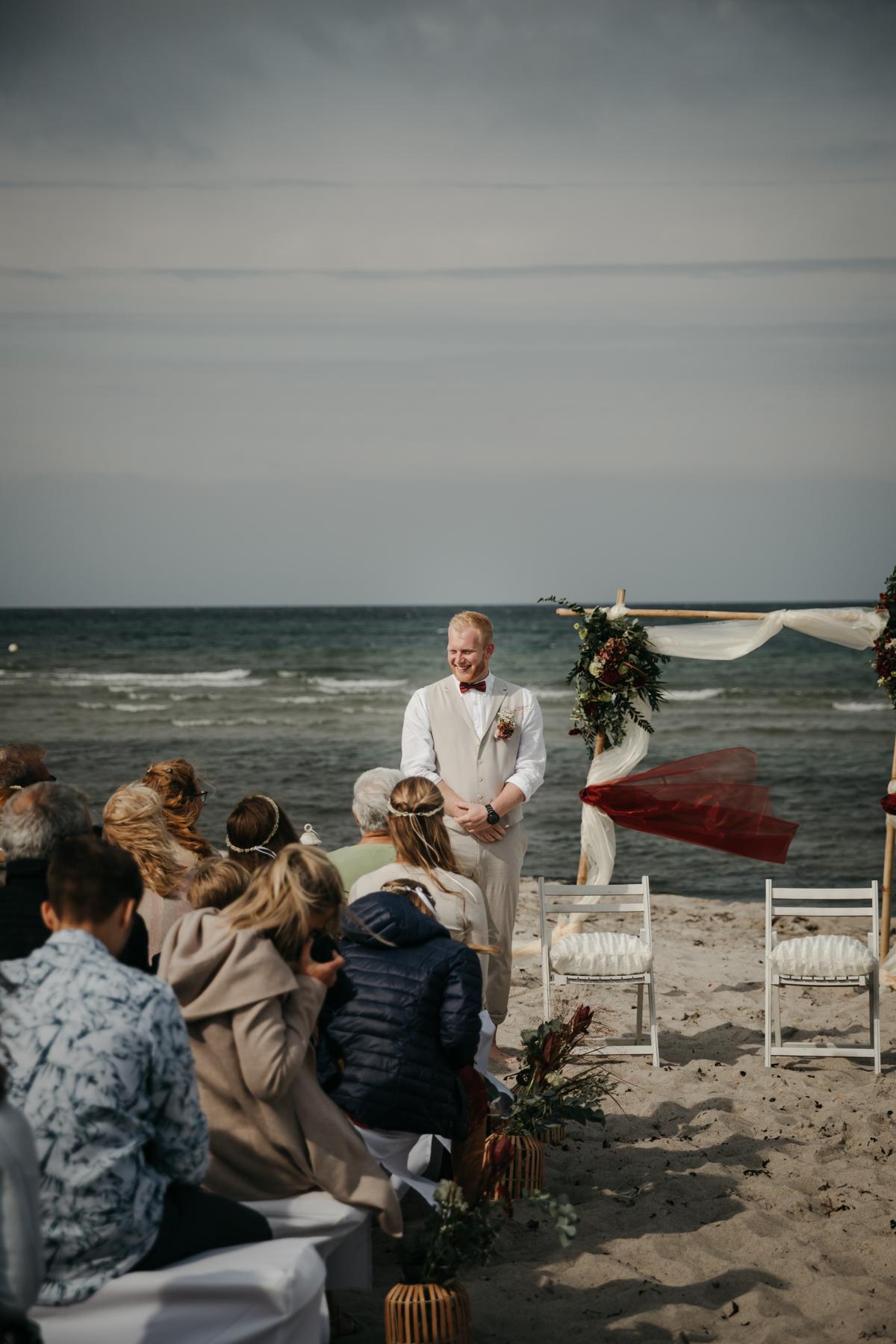 Bräutigam wartet auf Braut bei freier Trauung
