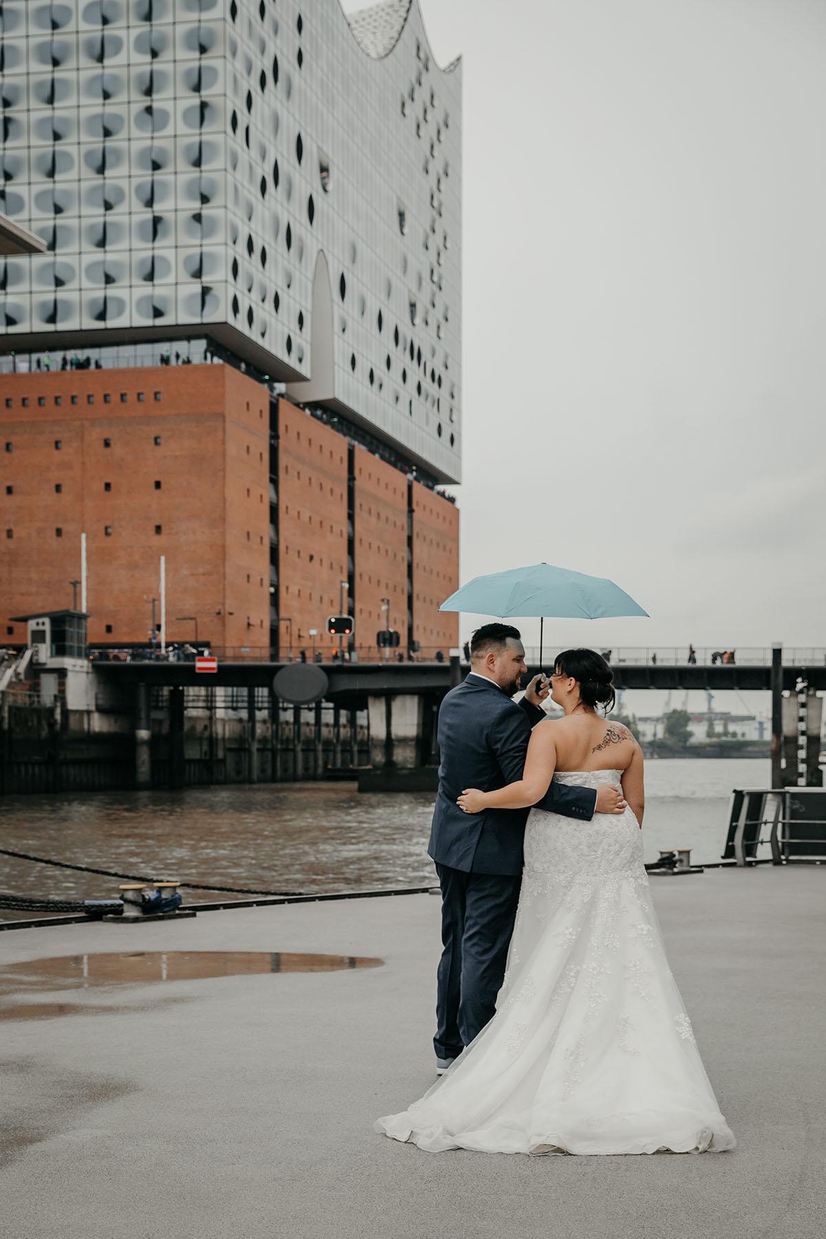 Hochzeitsfoto im Regen an der Elbphilharmonie