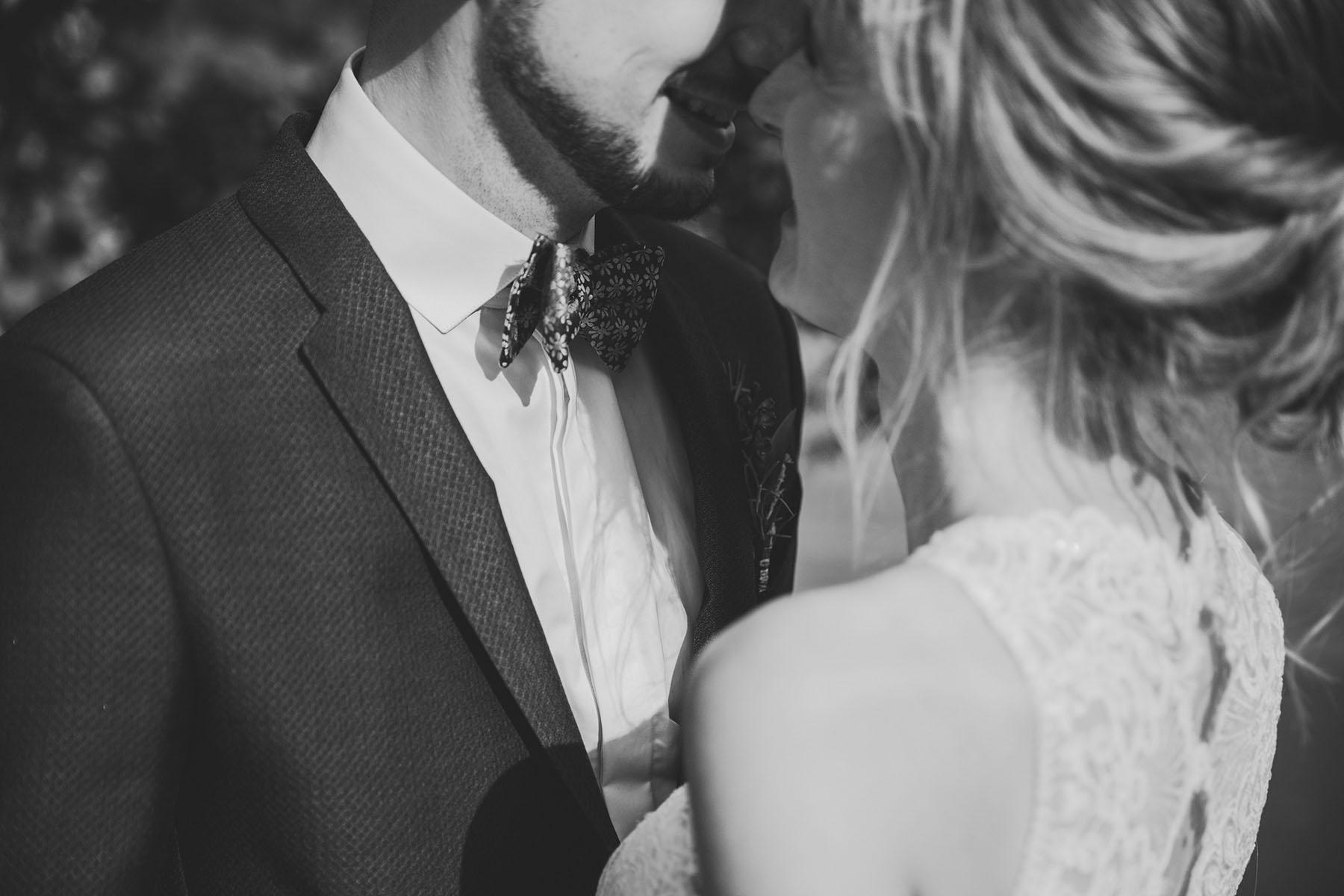 Blumenfliege Hochzeitsanzug Foto schwarz-weiß