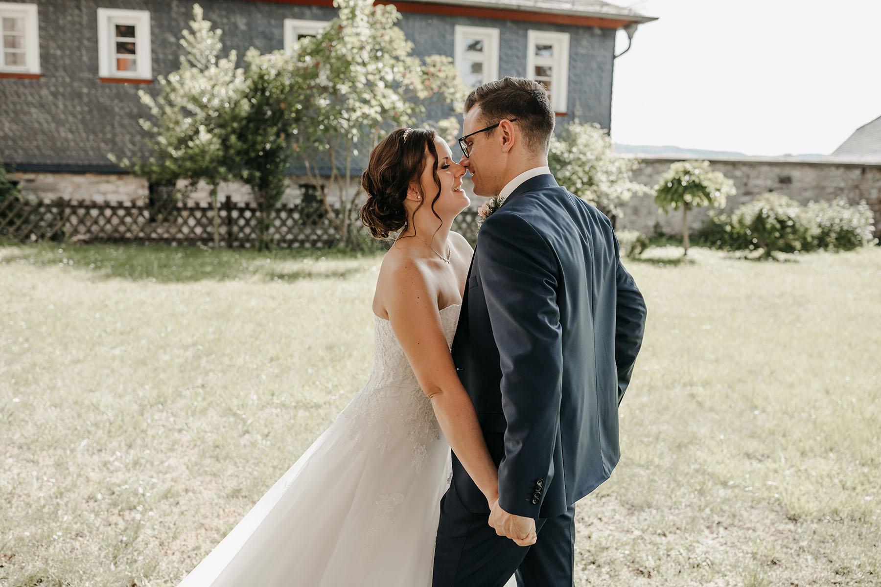 Hochzeitsfoto Kuss im Park