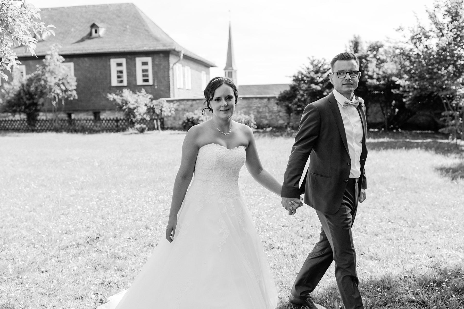 Braut und Bräutigam in Limburg an der Lahn in schwarz-weiß