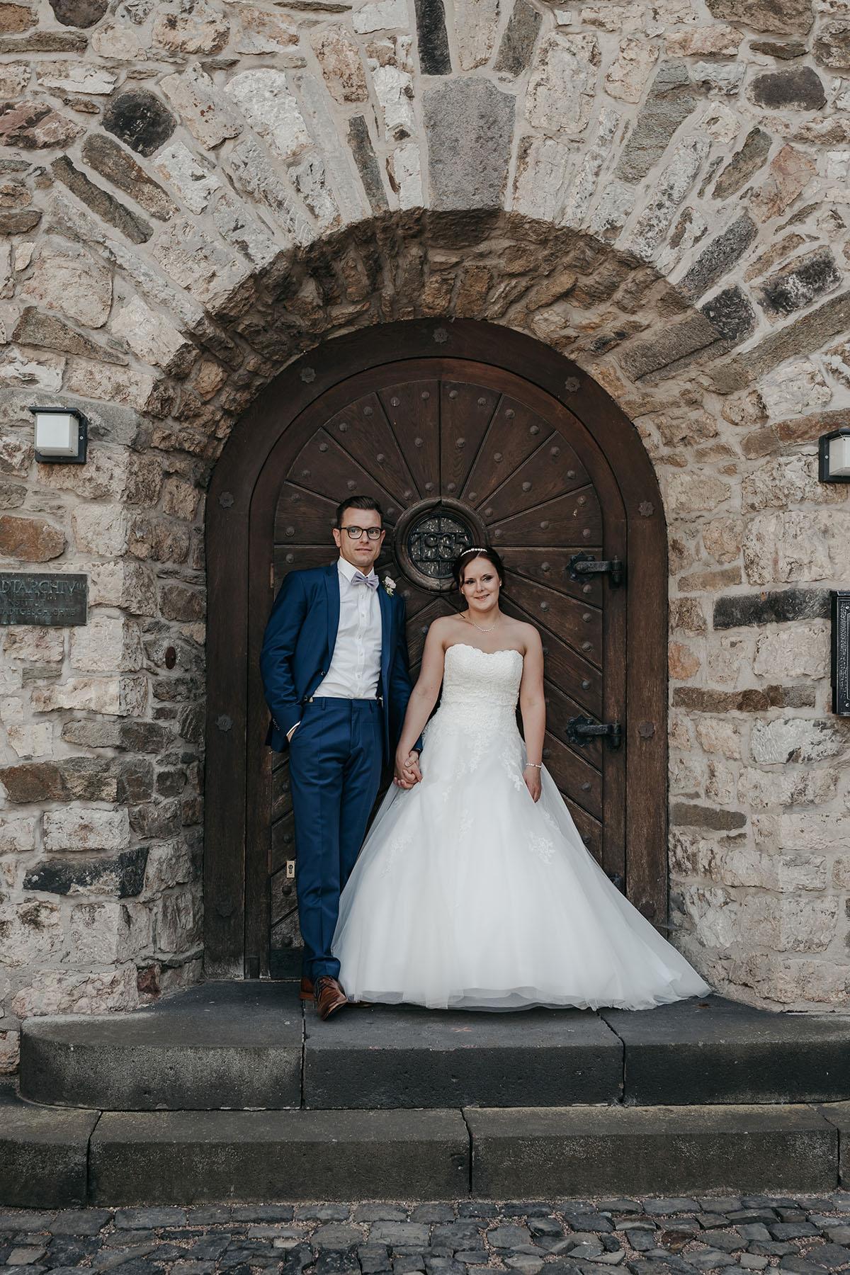 Brautpaar an historischem Tor
