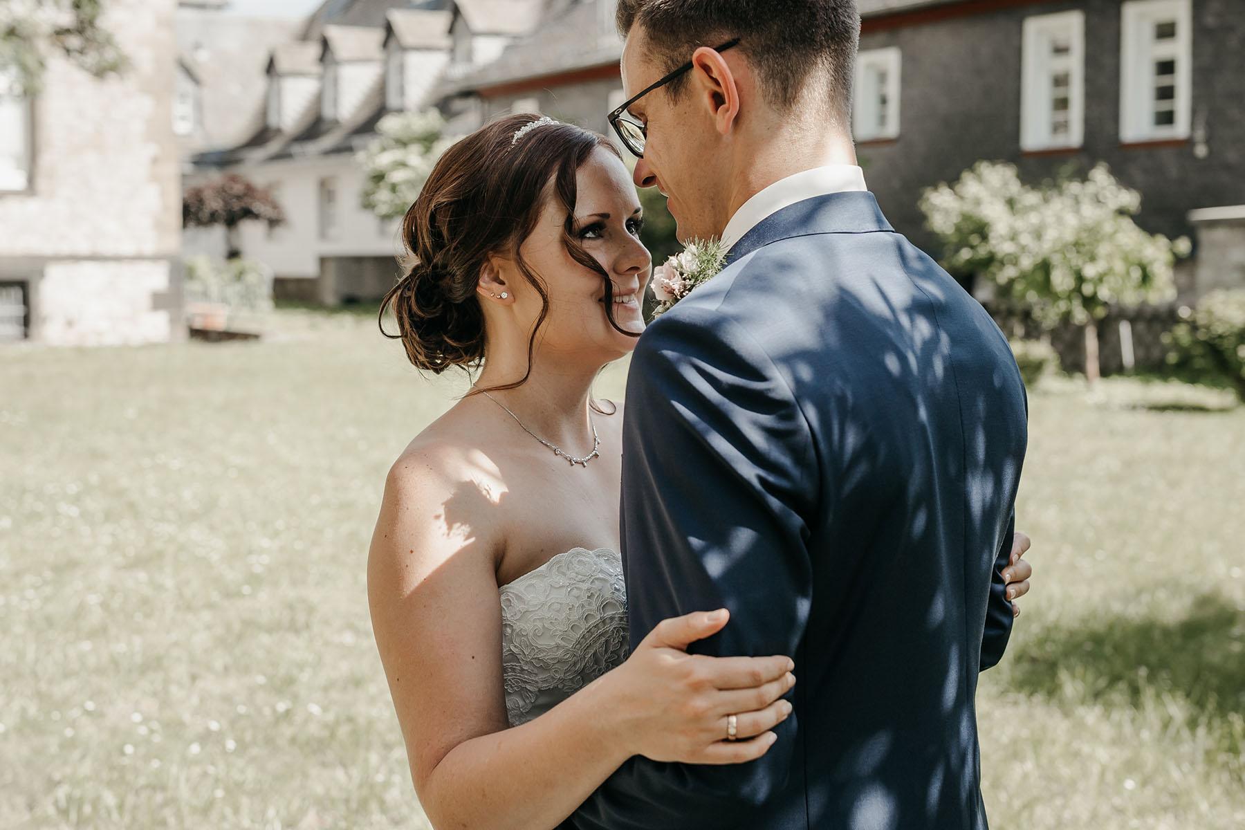 Braut mit dunklen Haaren